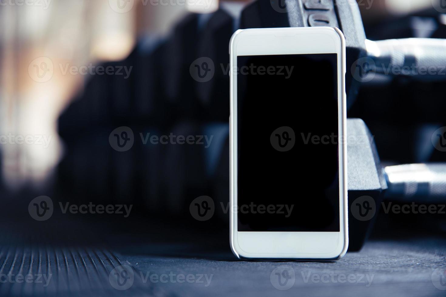 smartphone con schermo vuoto in palestra foto
