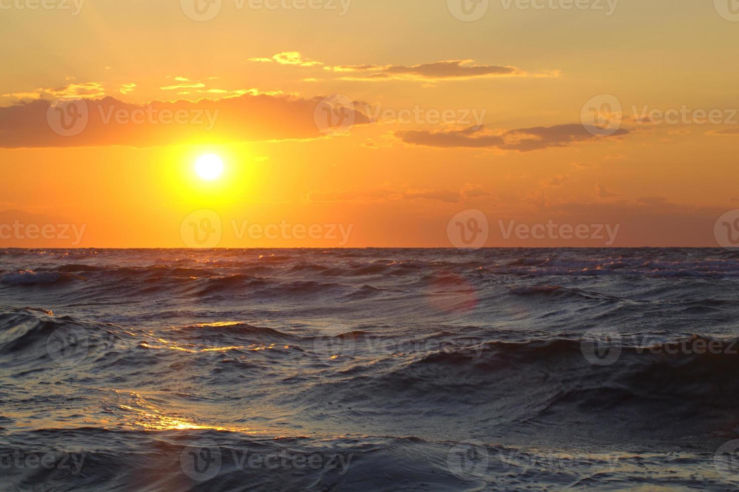 bellissimo paesaggio marino con tramonto foto