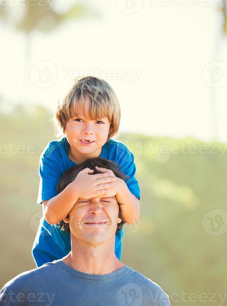 felice padre e figlio, giocando sulla spiaggia tropicale foto