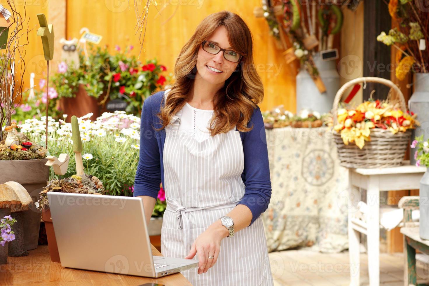 fiorista che lavora al computer portatile foto