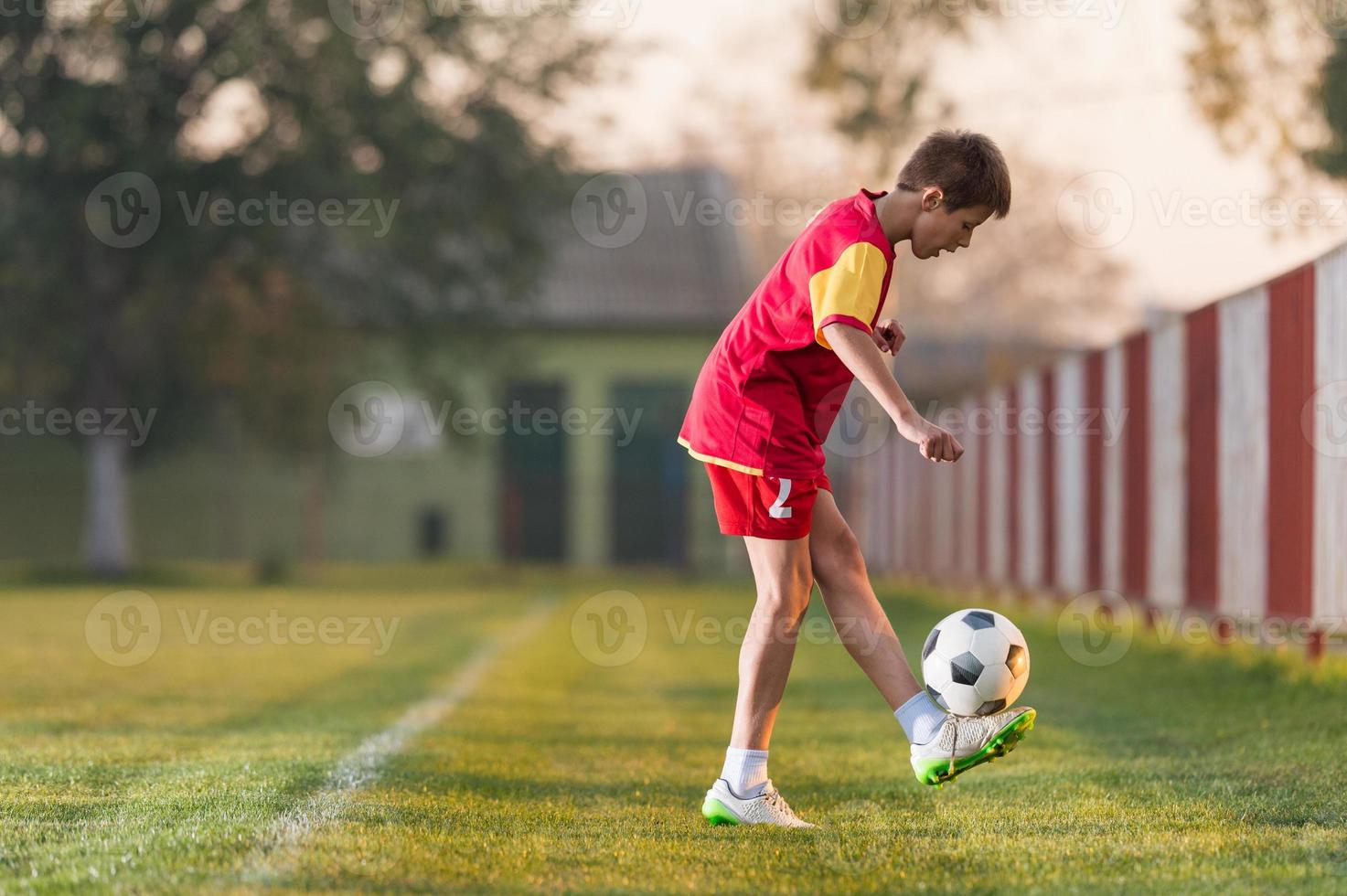 bambino che gioca a calcio foto