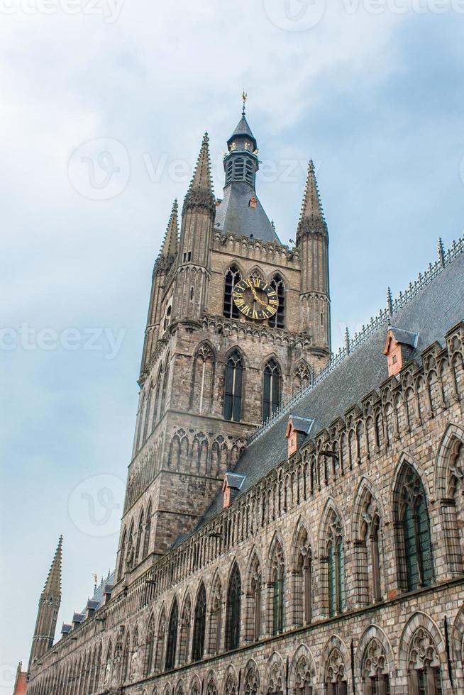 la torre della sala di tela di ypres fiammeggia il Belgio foto