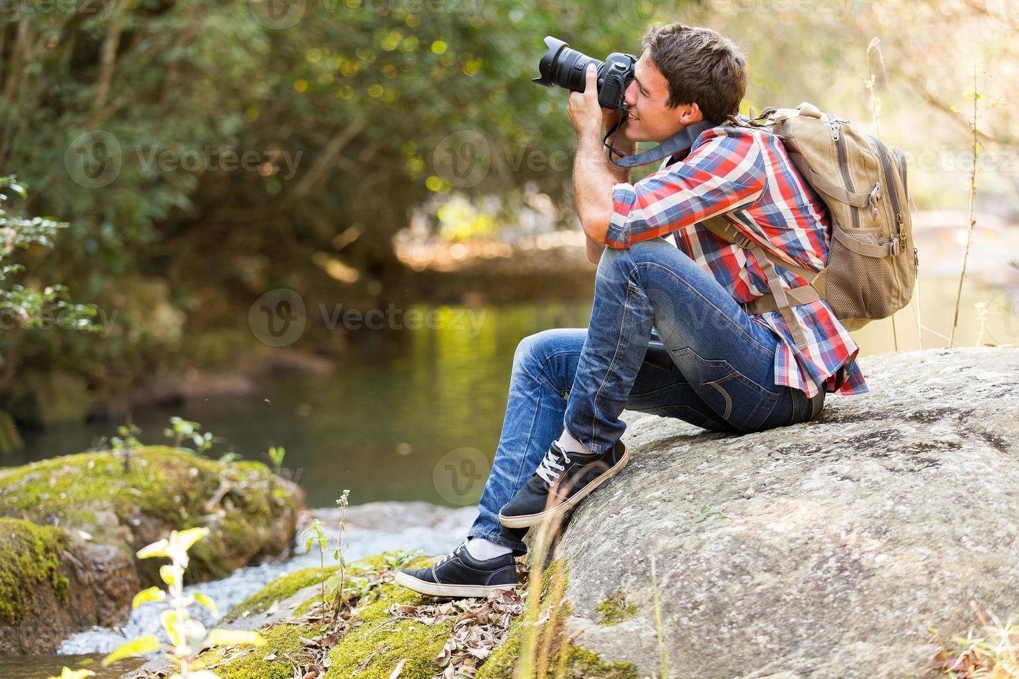 fotografo che fotografa nella valle della montagna foto