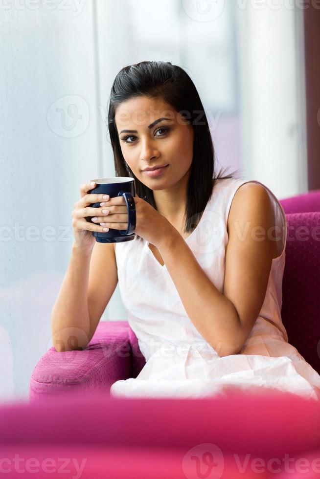 donna che beve il caffè al mattino foto