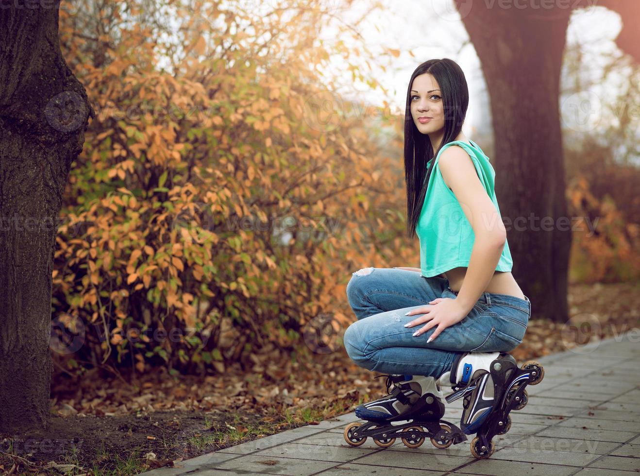 giovane ragazza in ginocchio su pattini a rotelle. foto