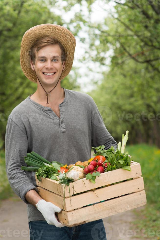 concetto di eco per gli agricoltori in giardino con raccolta foto