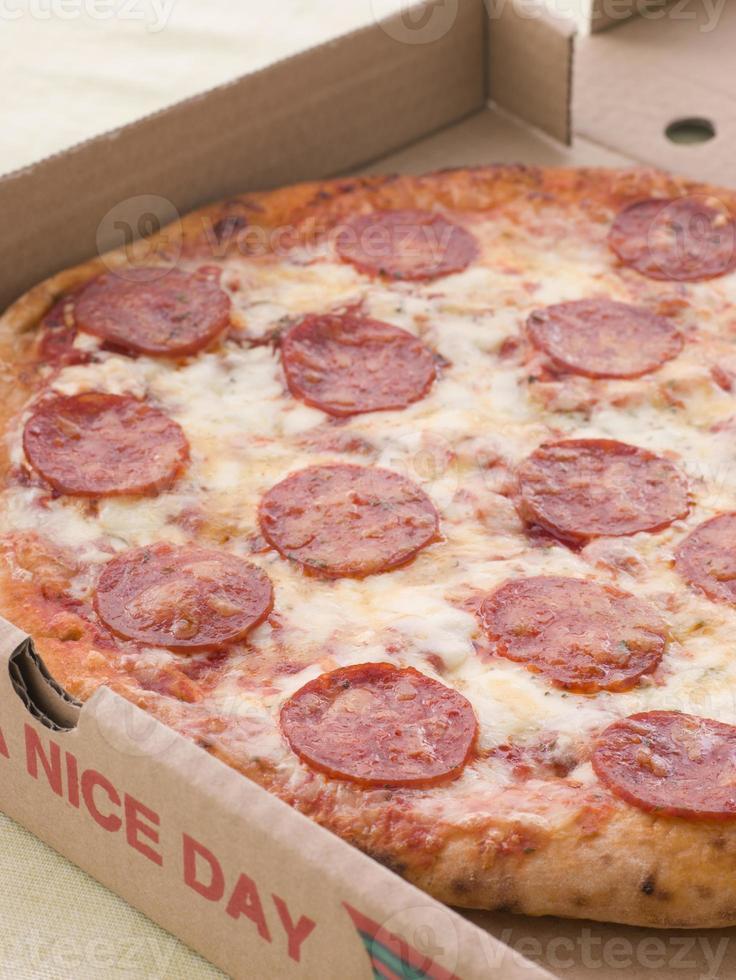 pizza ai peperoni in una scatola da asporto foto