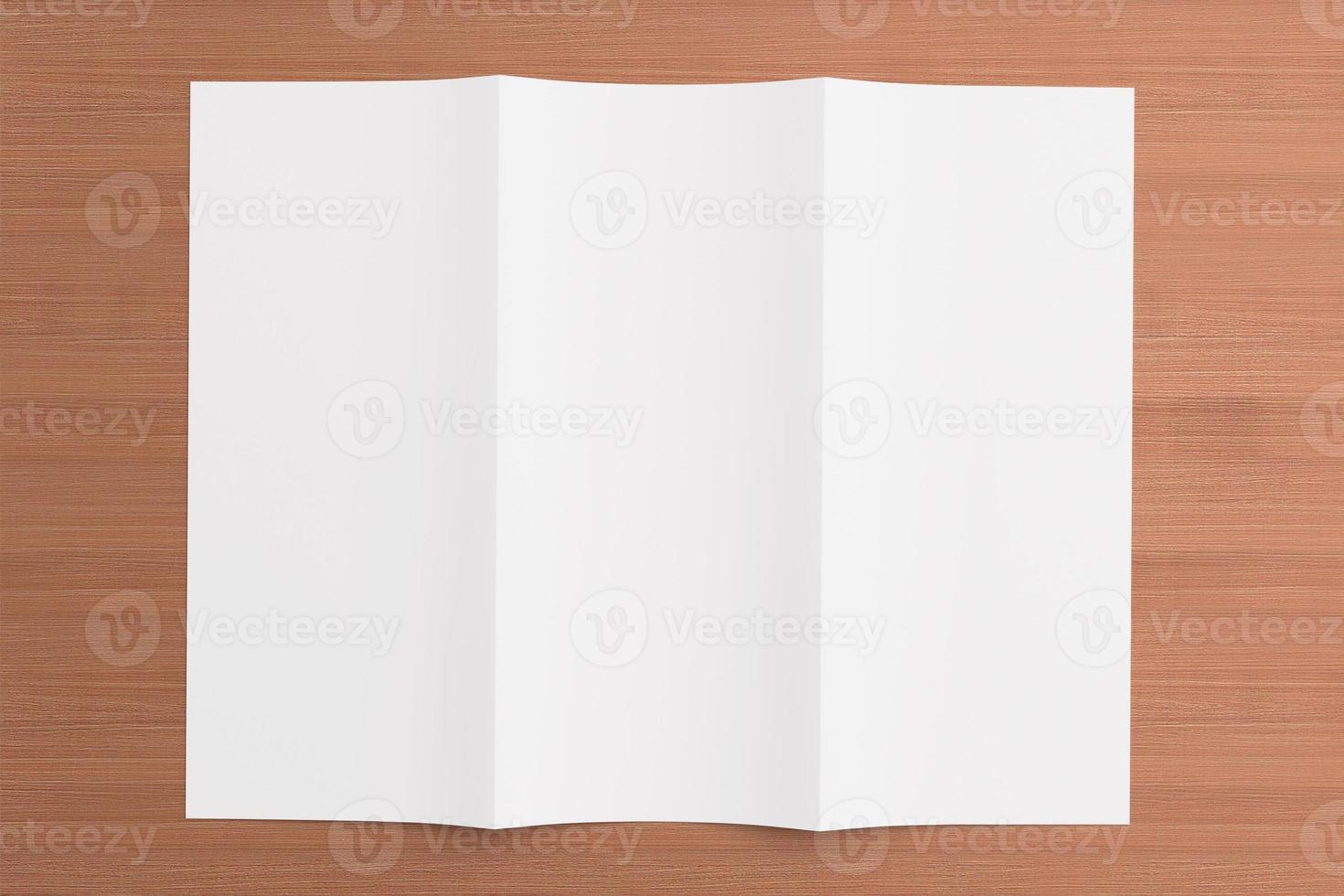 opuscolo ripiegabile in bianco su fondo di legno foto
