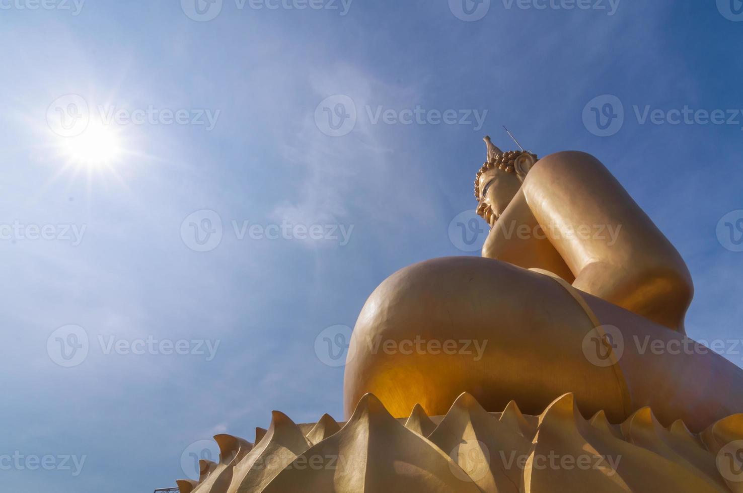grande bellissimo Buddha d'oro in Wat Phathep Nimit foto