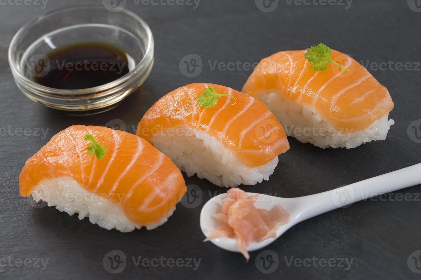 sushi fresco di salmone atlantico foto