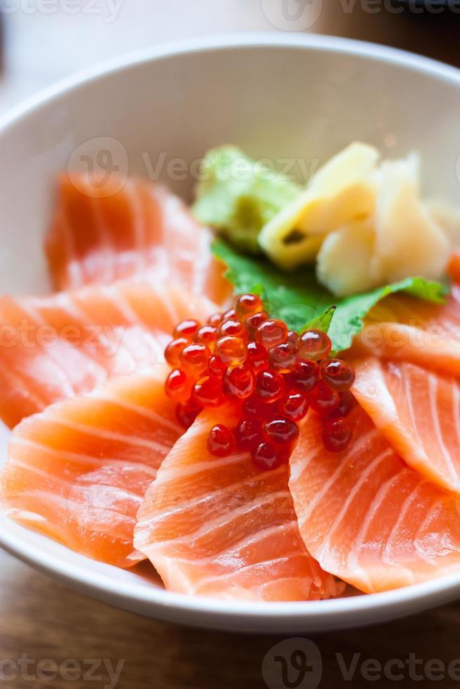 sashimi di salmone messo in una ciotola bianca foto