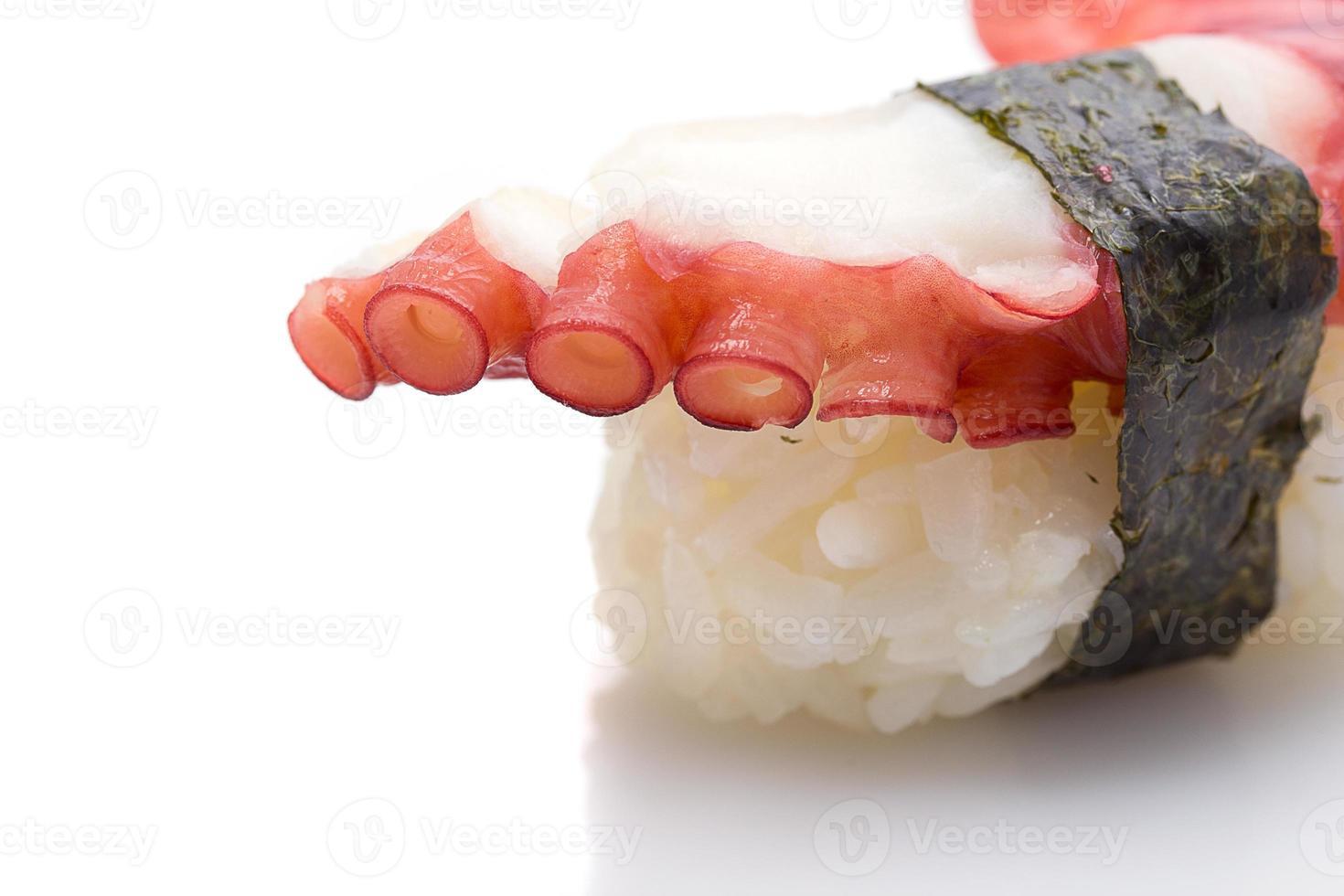 Nigiri sushi di polpo isolato su priorità bassa bianca foto