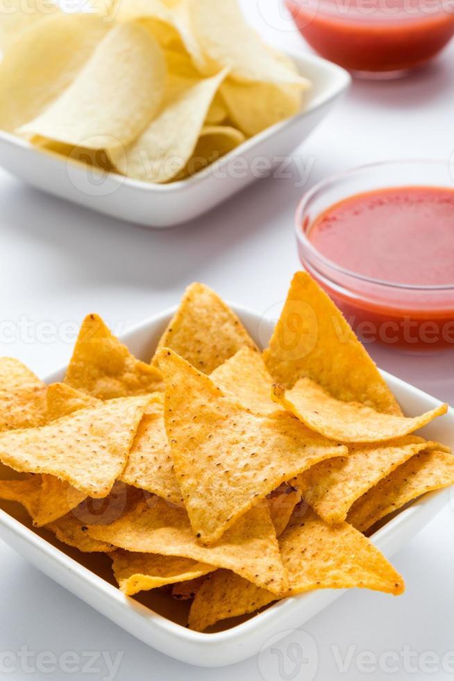 tortilla chips in una ciotola bianca foto