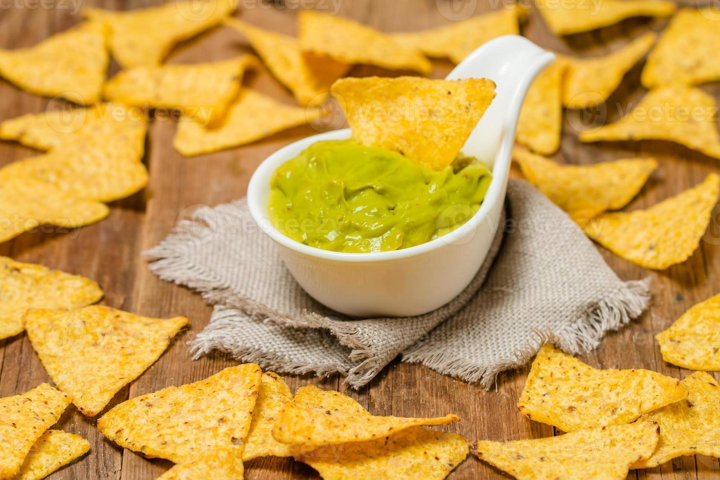 nachos messicani con salsa guacamole fatta a mano foto