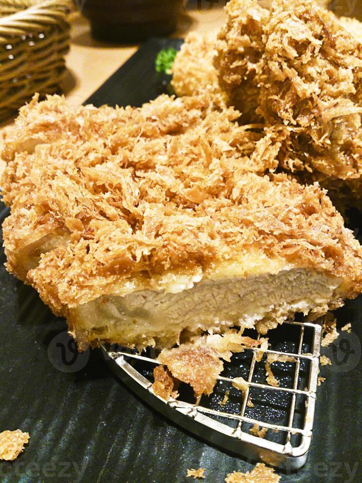 tonkatsu di maiale fritto nel grasso bollente foto