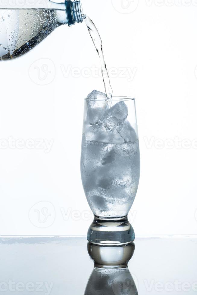 versando acqua gassata foto