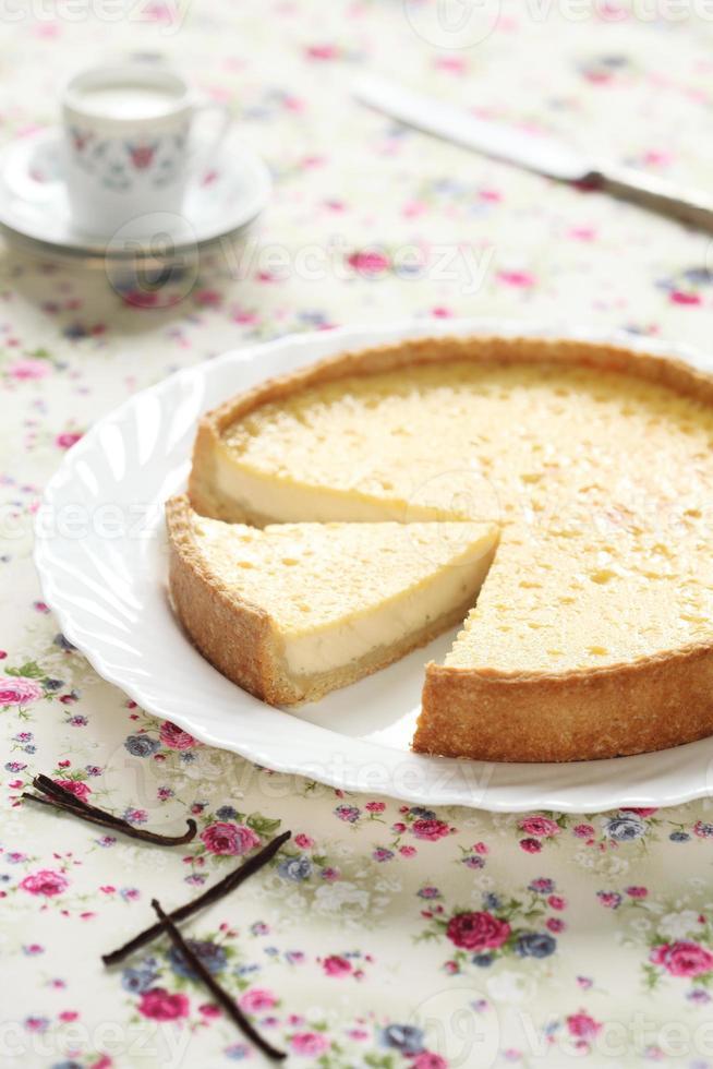 crostata alla vaniglia su un piatto bianco foto