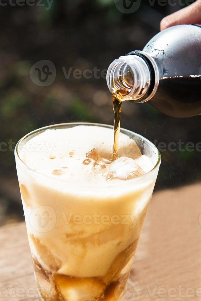 versando acqua frizzante nella tazza foto