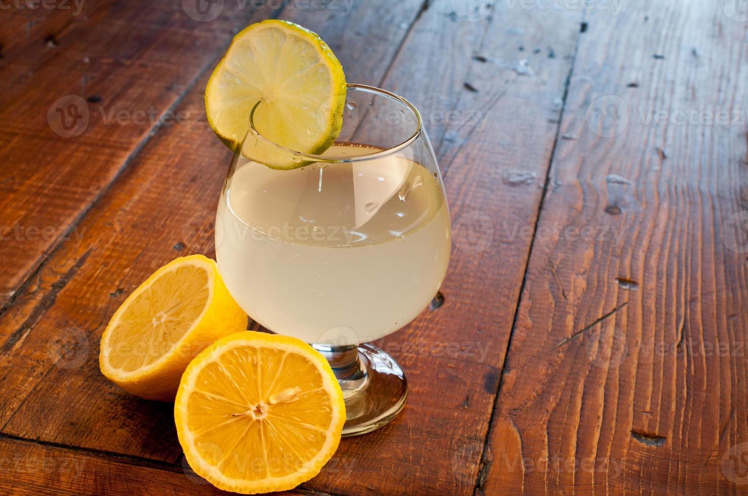 bicchiere di vino con limonata frizzante fetta di limone taglio lime foto