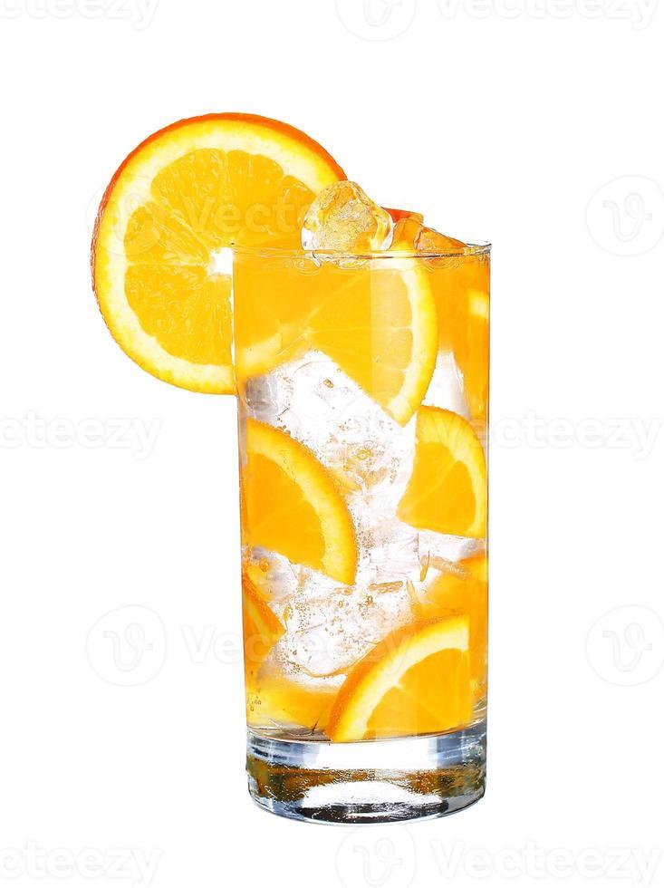 bicchiere di aranciata fredda con ghiaccio isolato su bianco foto