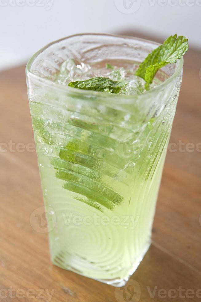 Mojito cocktail sul tavolo foto