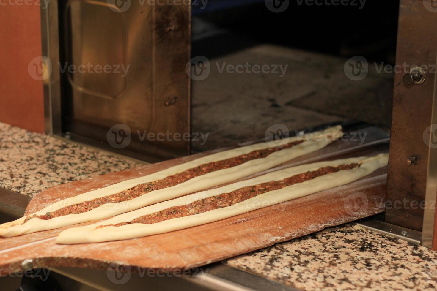 pide ripieno di carne macinata. foto