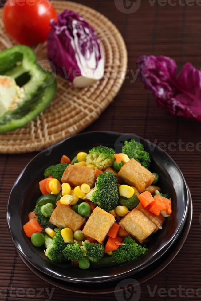 tofu fritto con verdure. foto