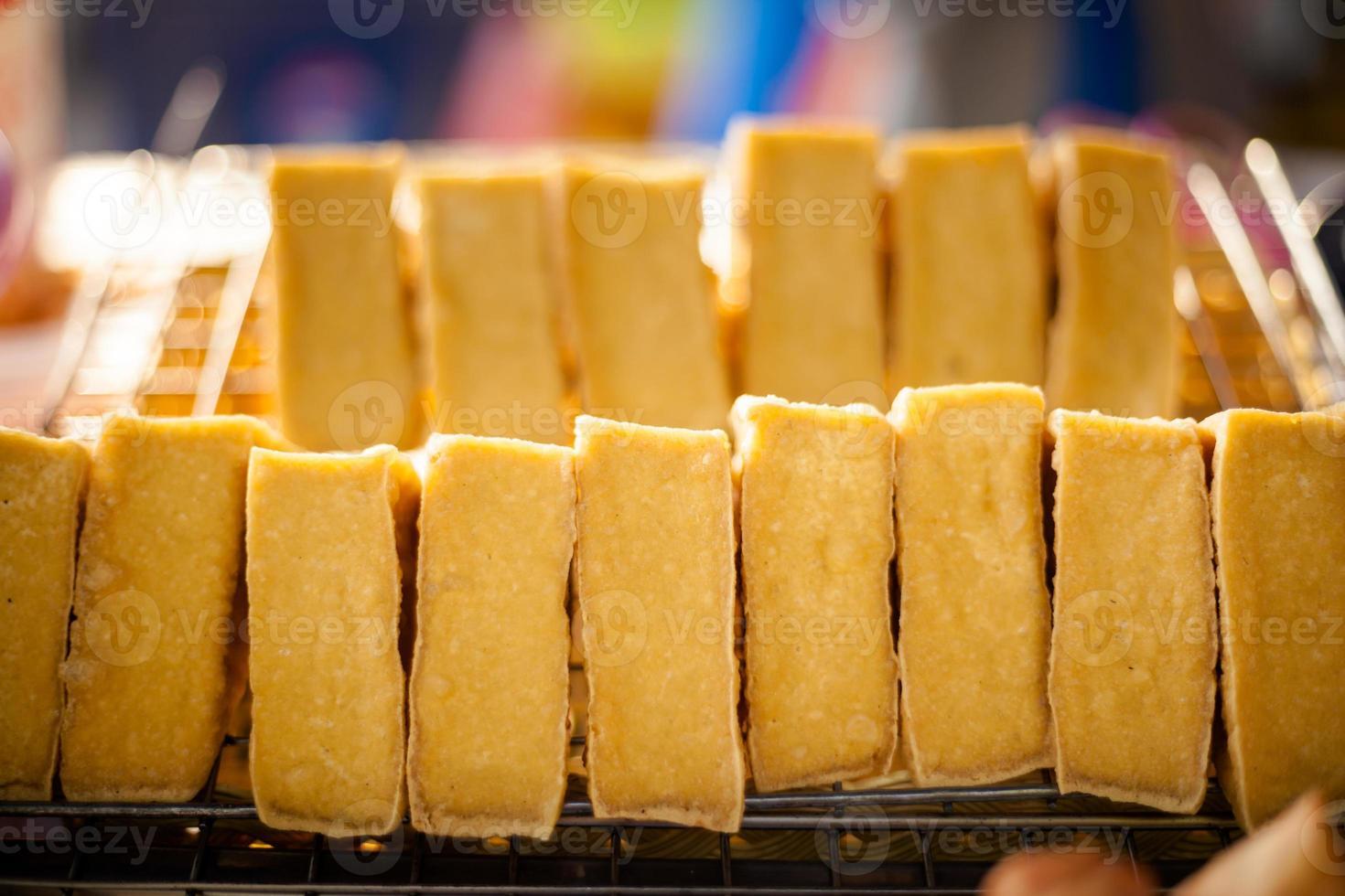 morsi tailandesi del tofu sul mercato foto