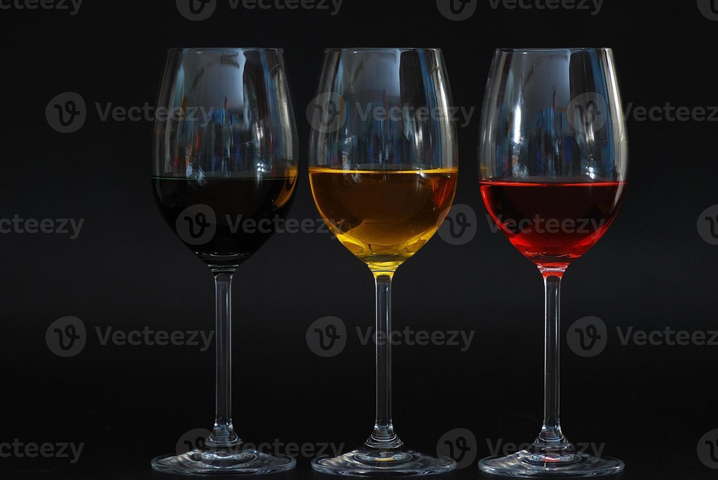 tre bicchieri con sfondo nero foto