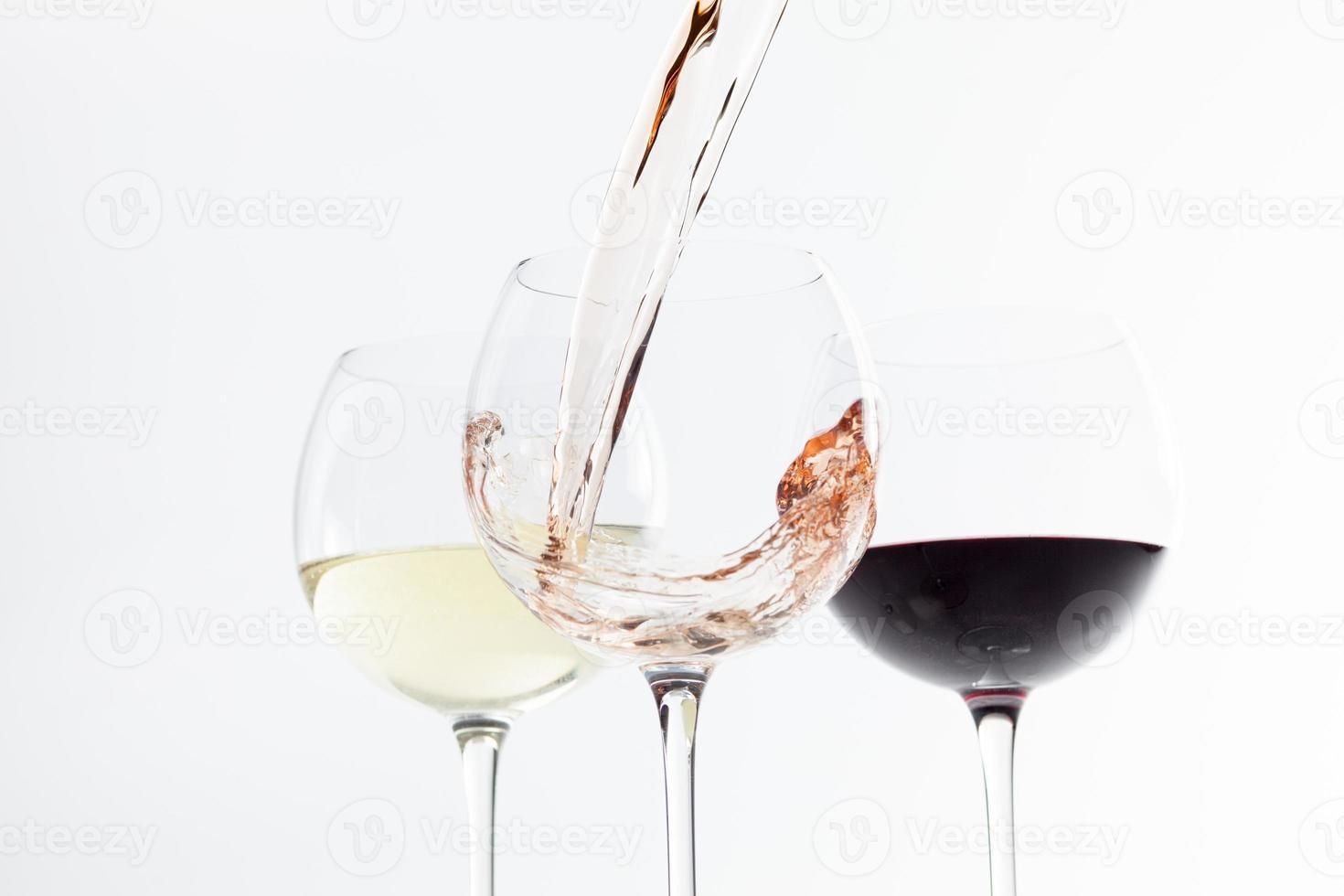 bicchieri di vino su sfondo bianco foto