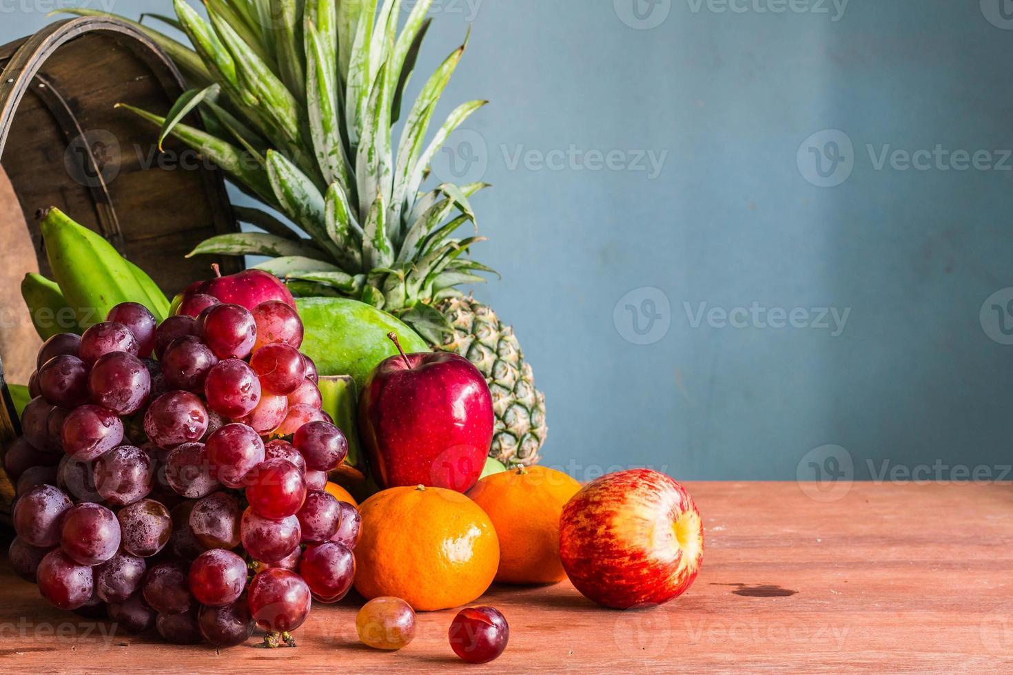 Merce nel carrello di frutti su un di legno foto