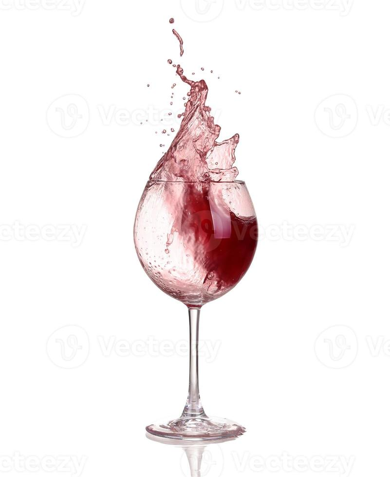 vino rosso vorticoso in un bicchiere di vino calice, isolato foto