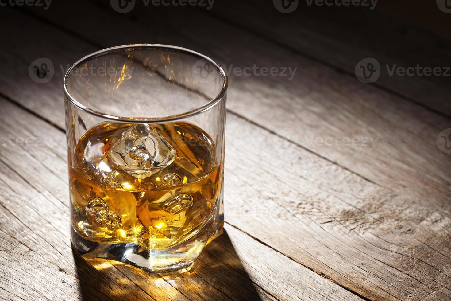 bicchiere di whisky con ghiaccio foto