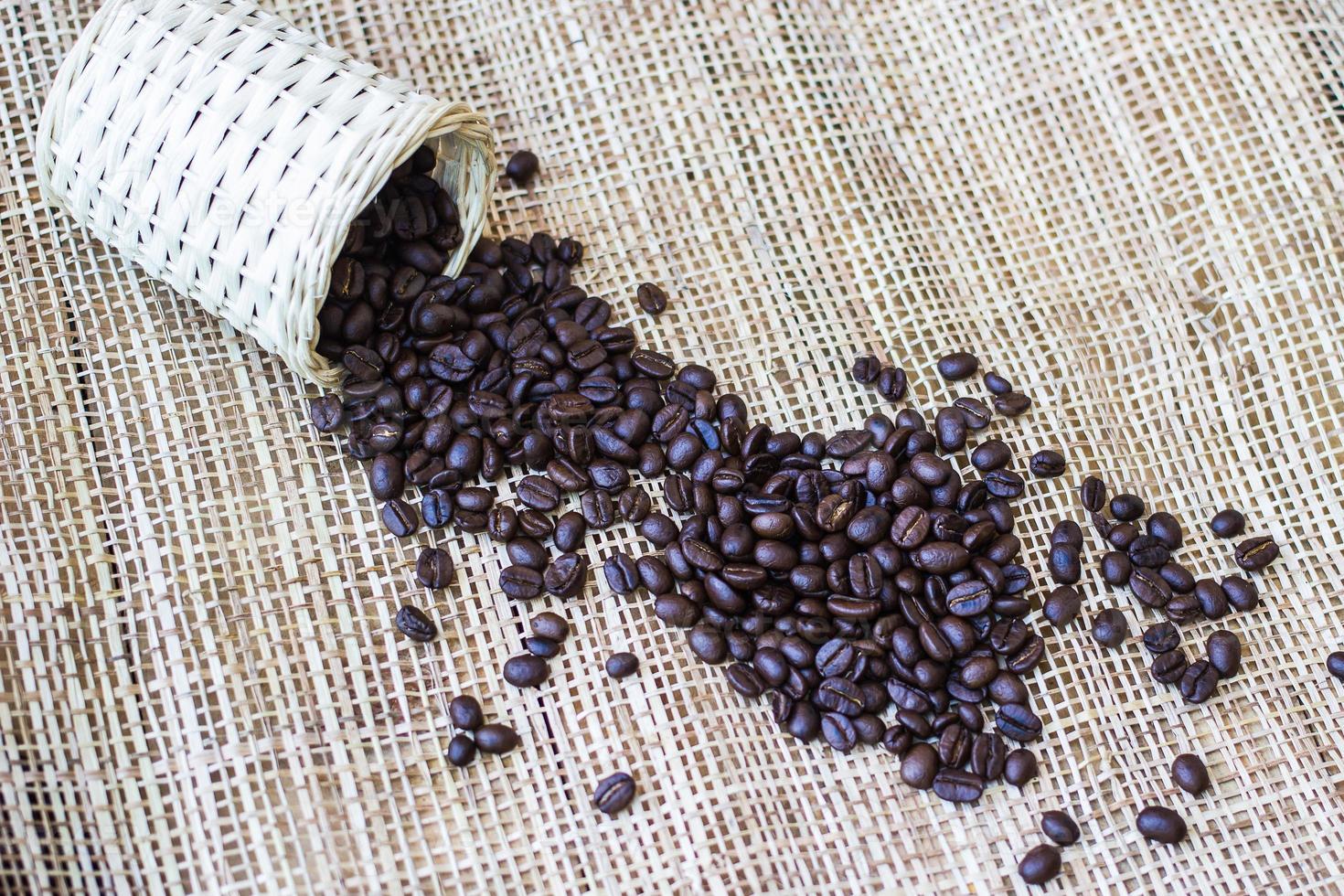 chicchi di caffè su sfondo di bambù foto
