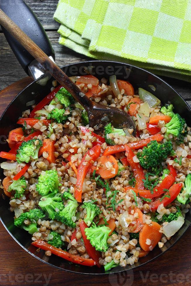 grano saraceno con carote, cipolle, broccoli e paprika foto