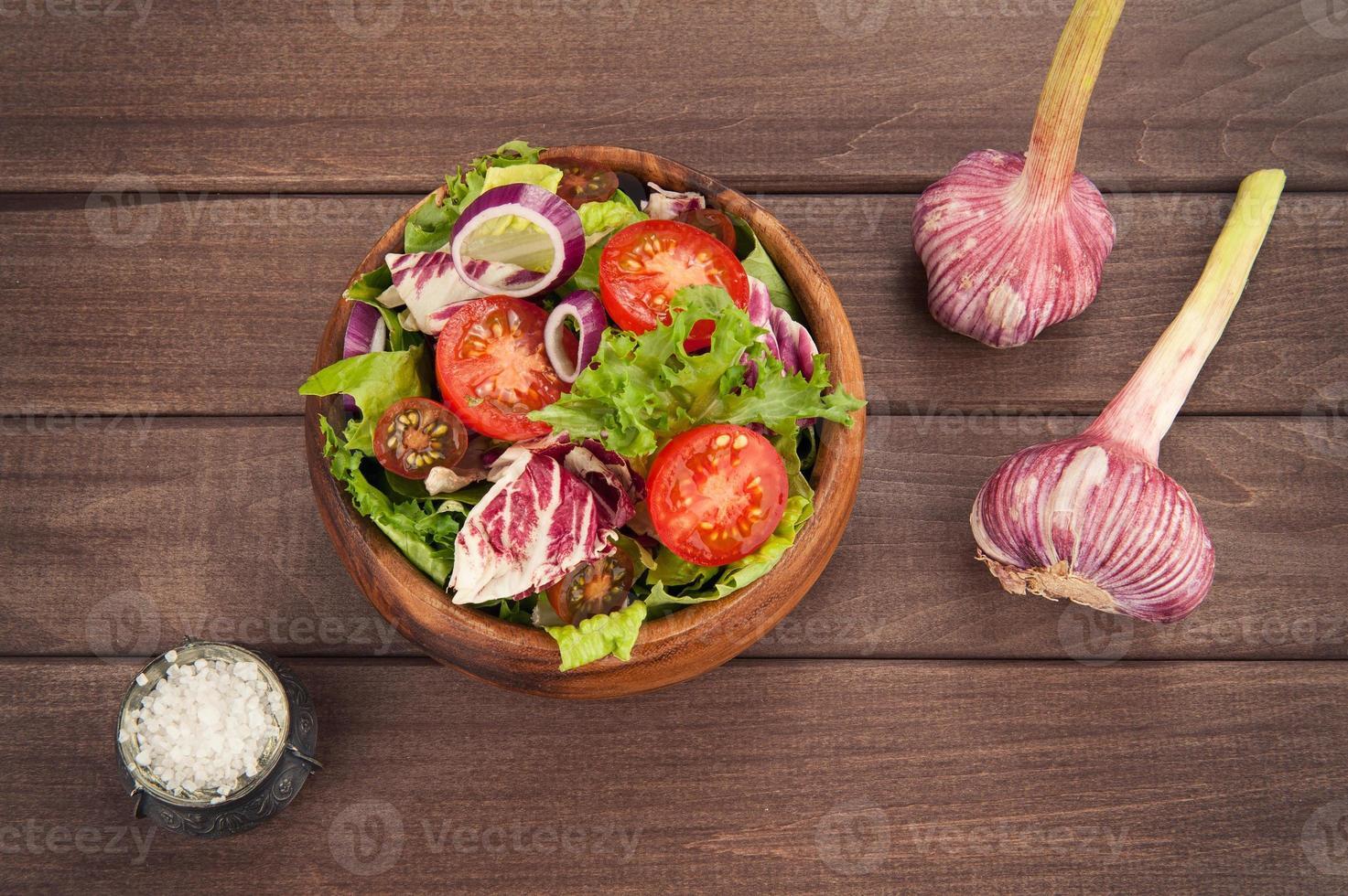 insalata di verdure in ciotola foto