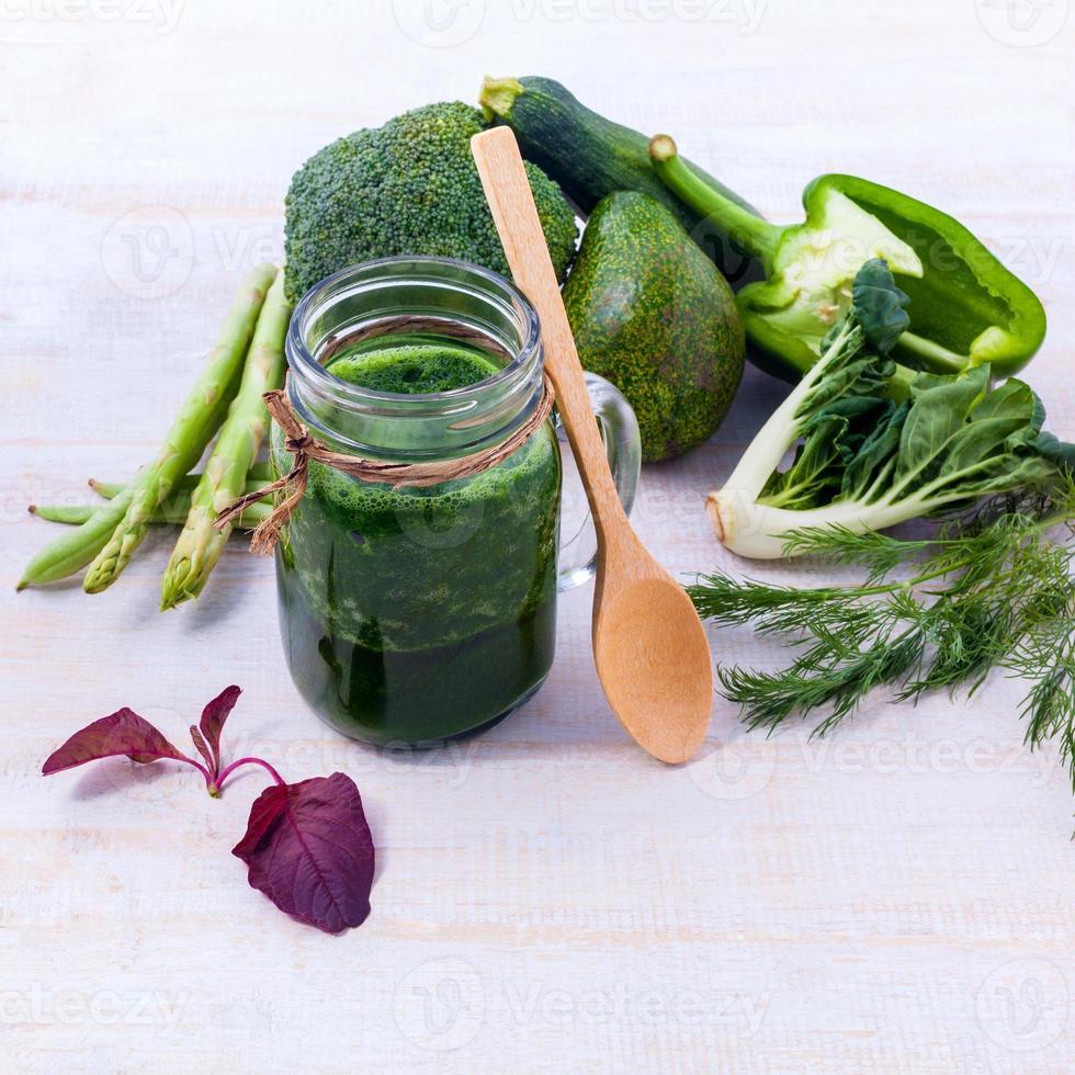 concetto di cibo pulito istituito sul tavolo di legno. foto