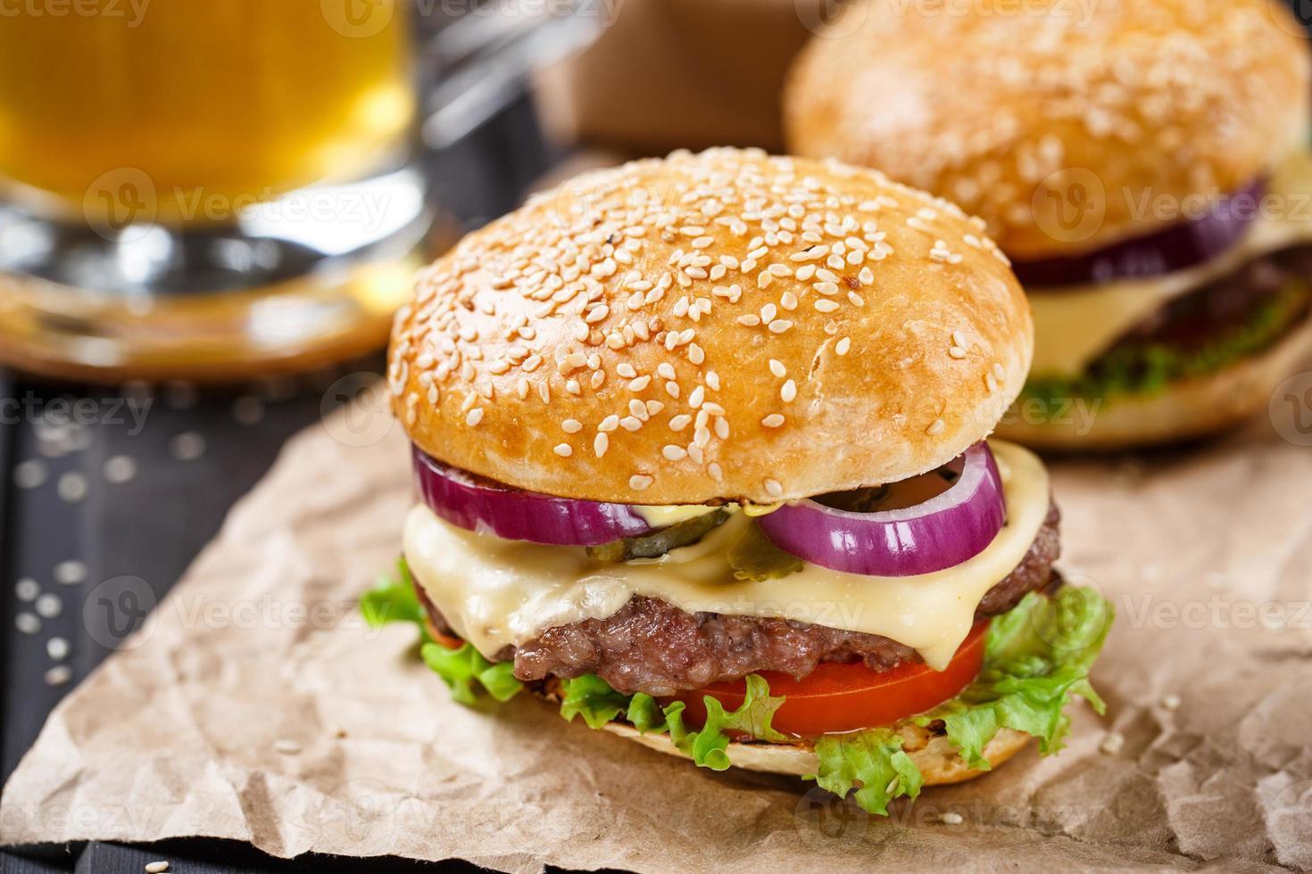 delizioso hamburger su tavola di legno foto