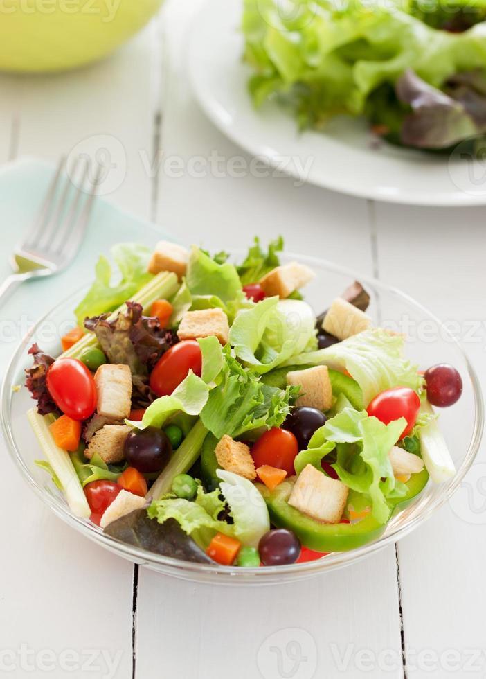 insalata di verdure fresche in una ciotola di vetro per la salute foto