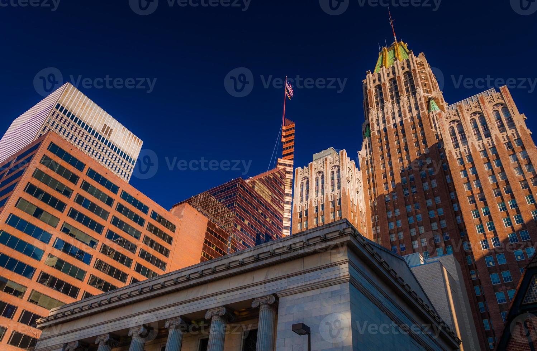 guardando gli edifici per uffici a Baltimora, Maryland. foto
