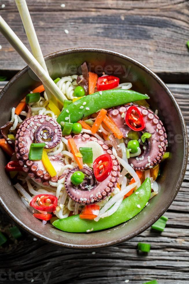 polpo con verdure e noodles foto