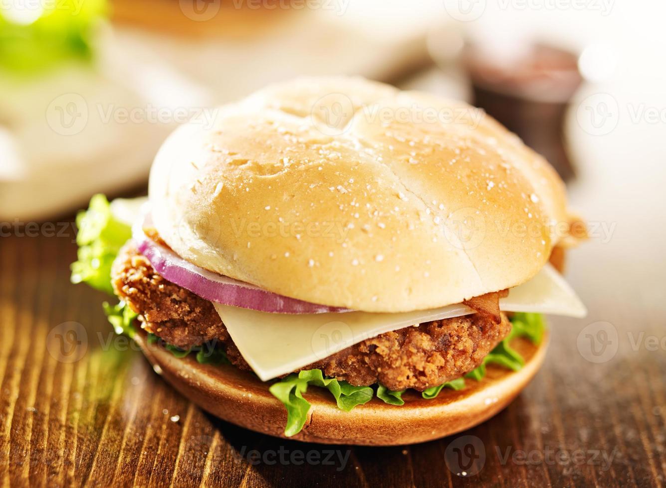 sandwich di pollo croccante con pancetta foto