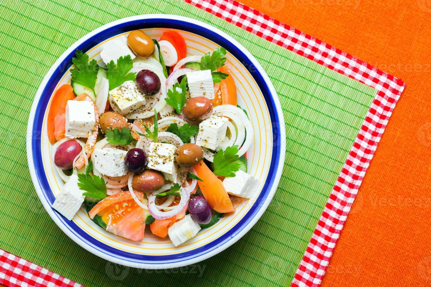 insalata tradizionale greca del villaggio foto
