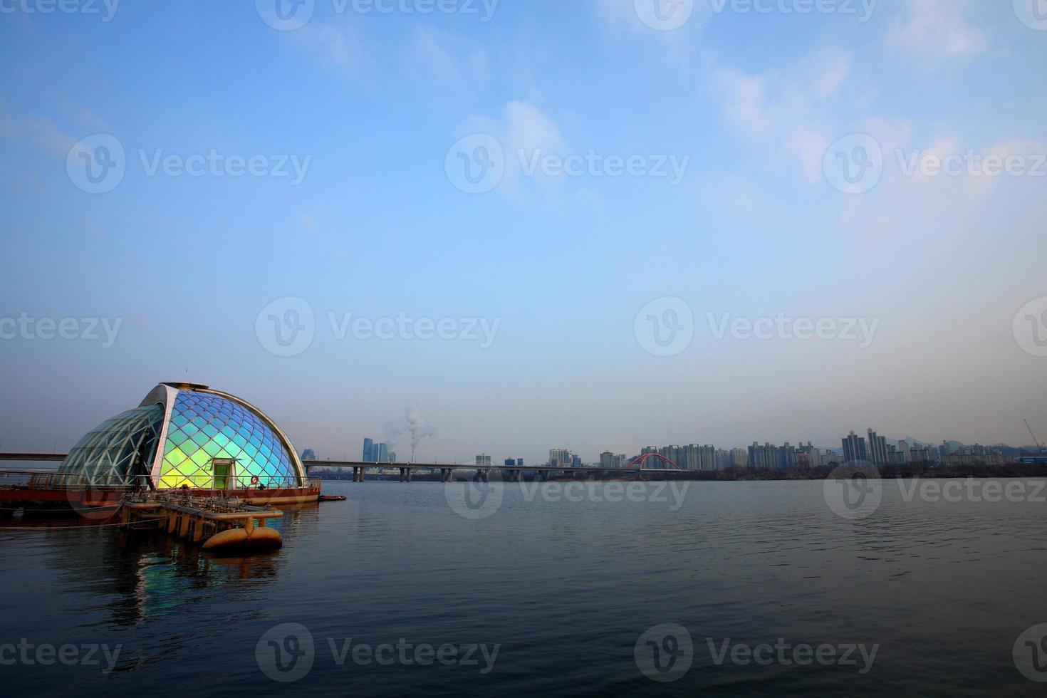 fontana arcobaleno al chiaro di luna foto