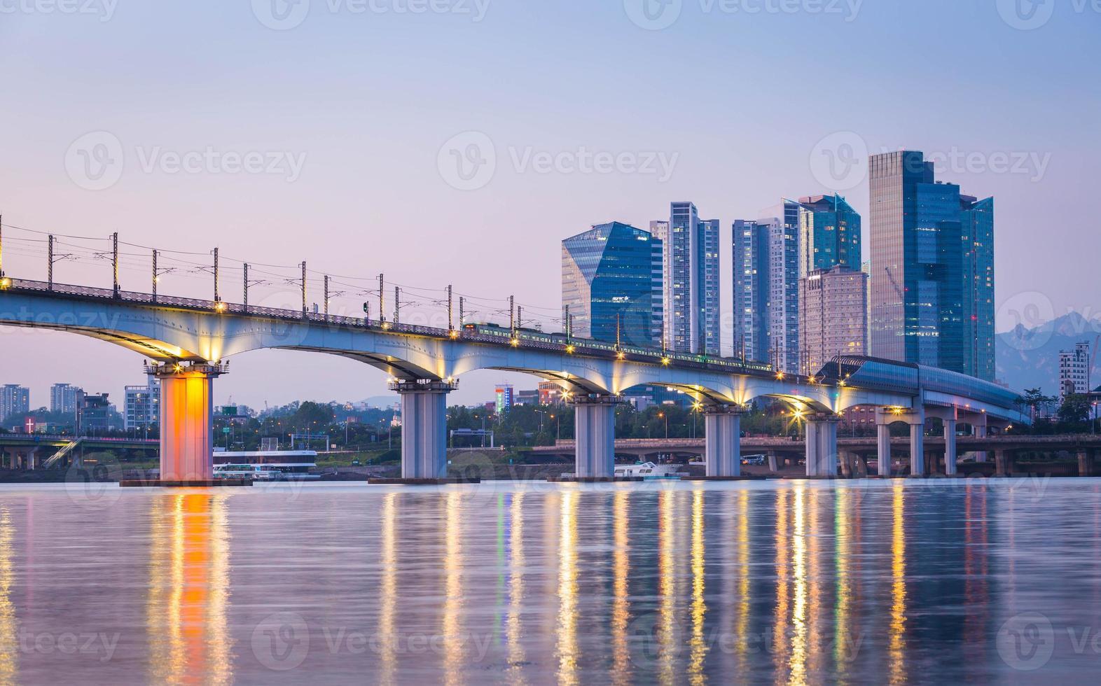 metropolitana e ponte a hanriver a seoul, corea del sud foto