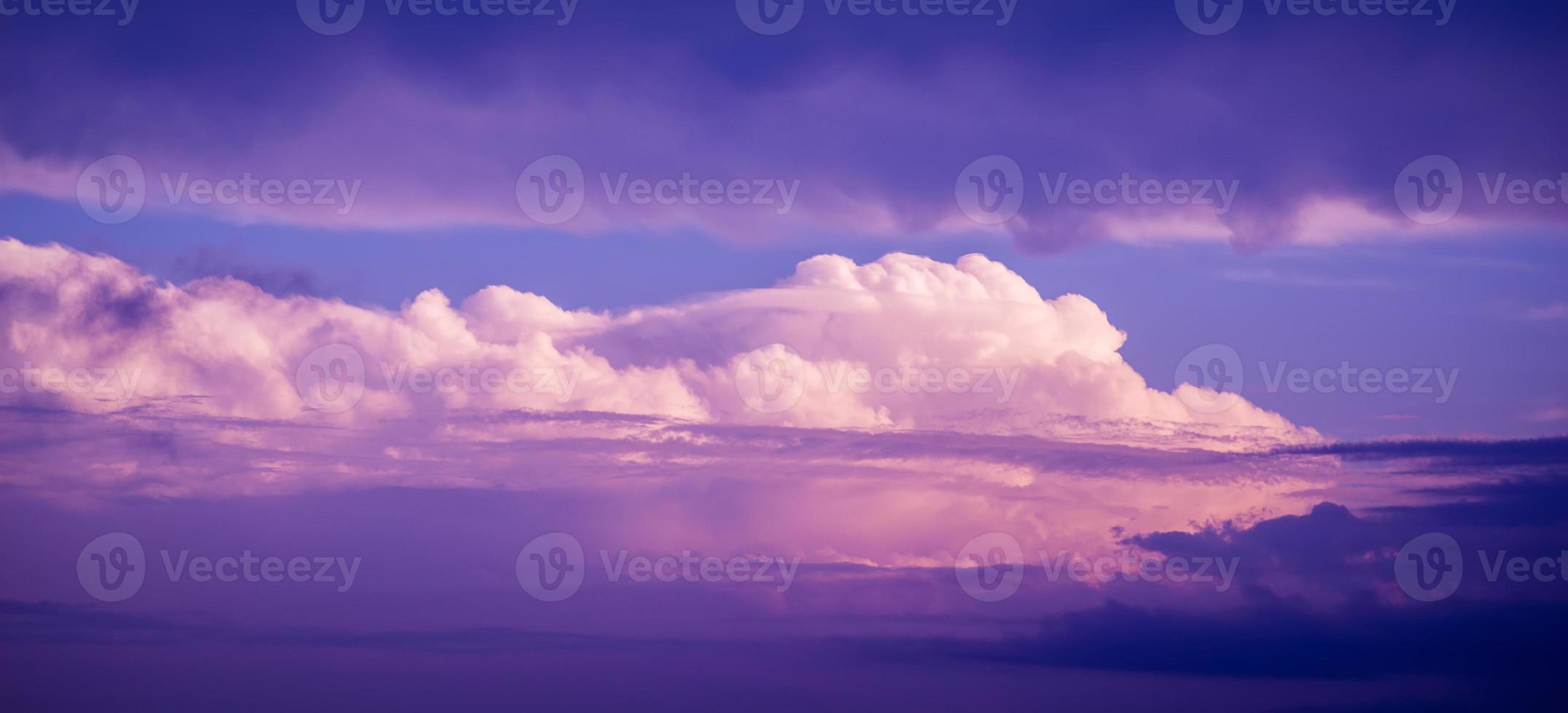 drammatico cielo al tramonto. foto