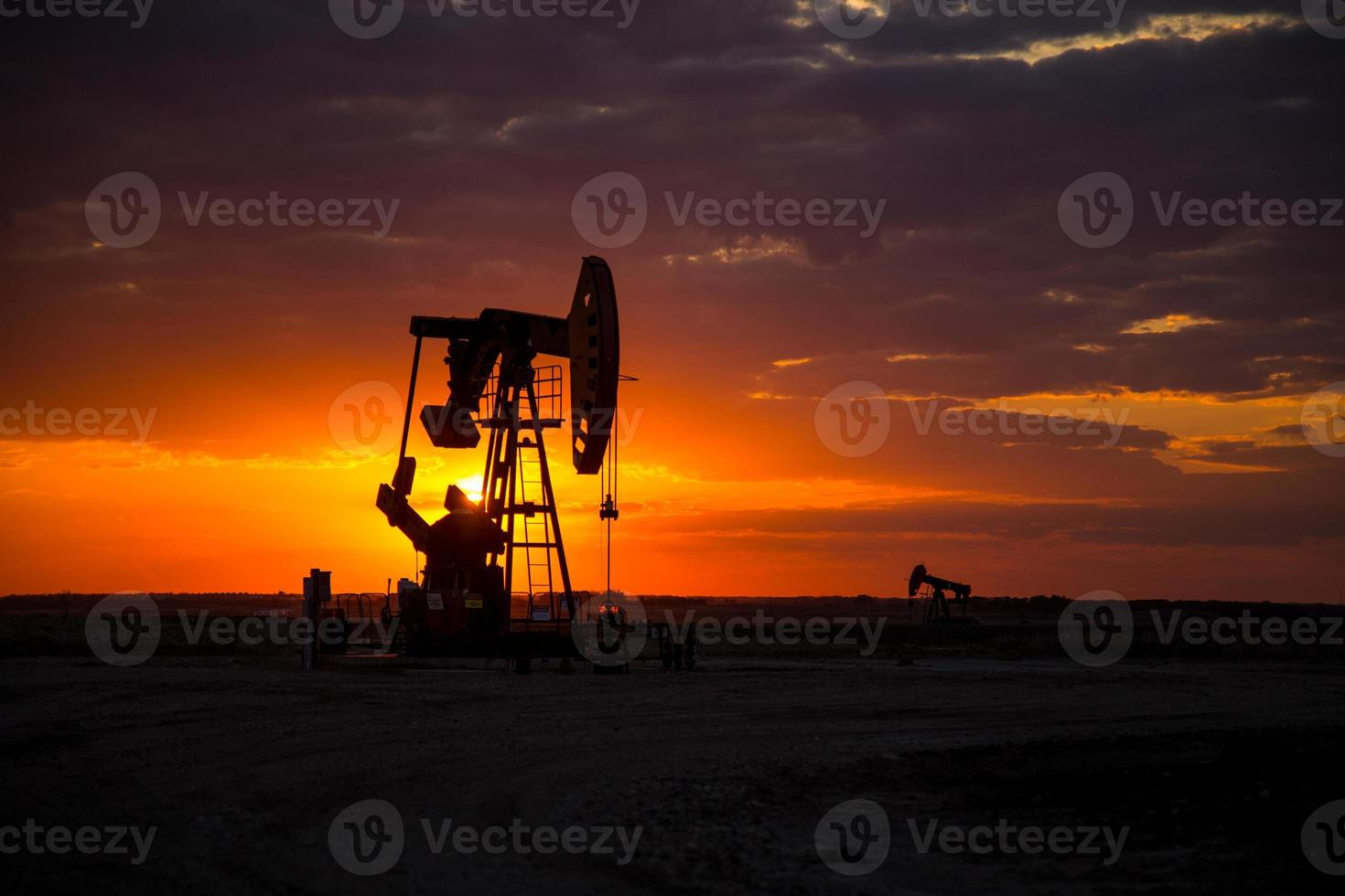 pumpjacks del giacimento di petrolio al tramonto foto