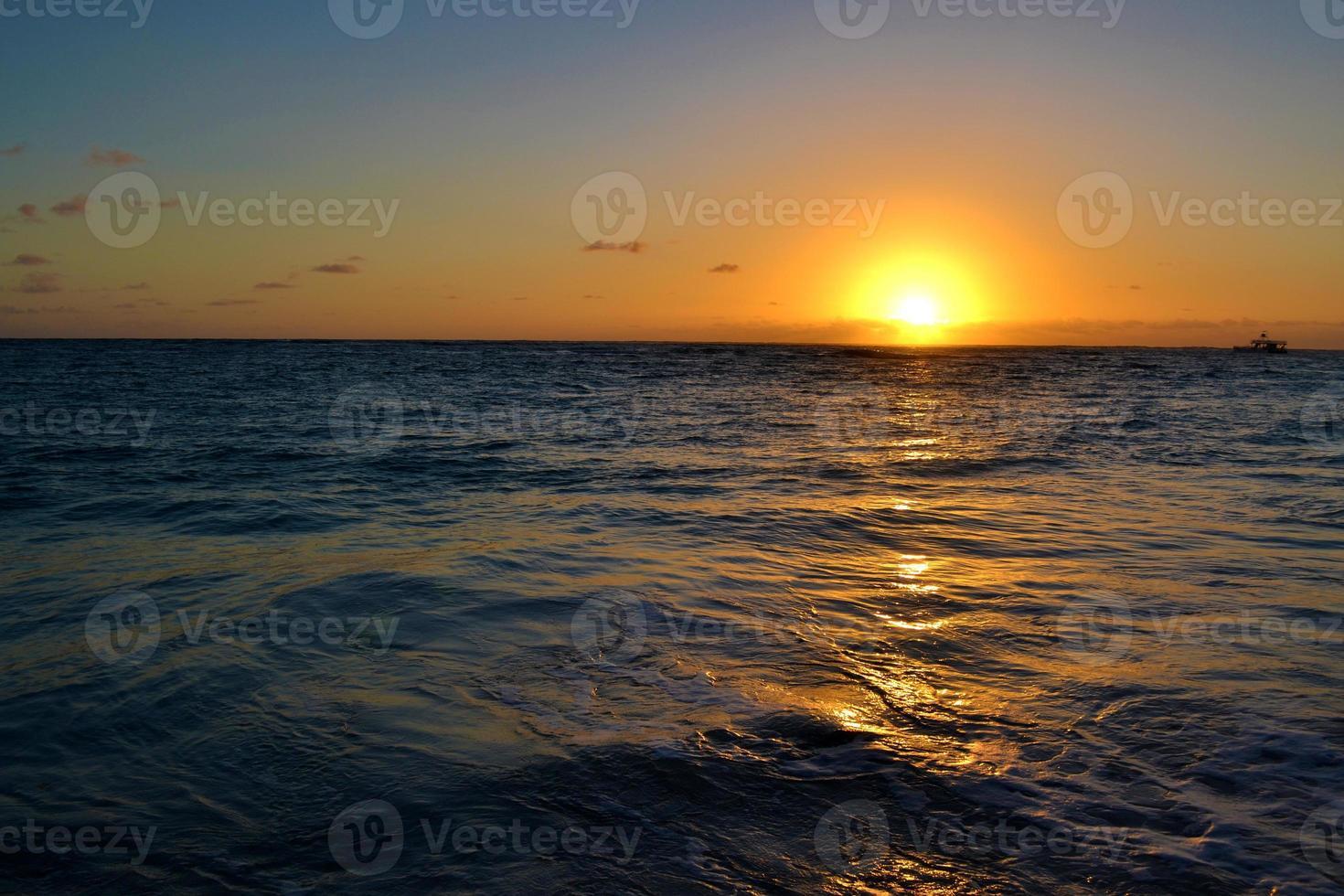 tramonto sulla spiaggia. foto
