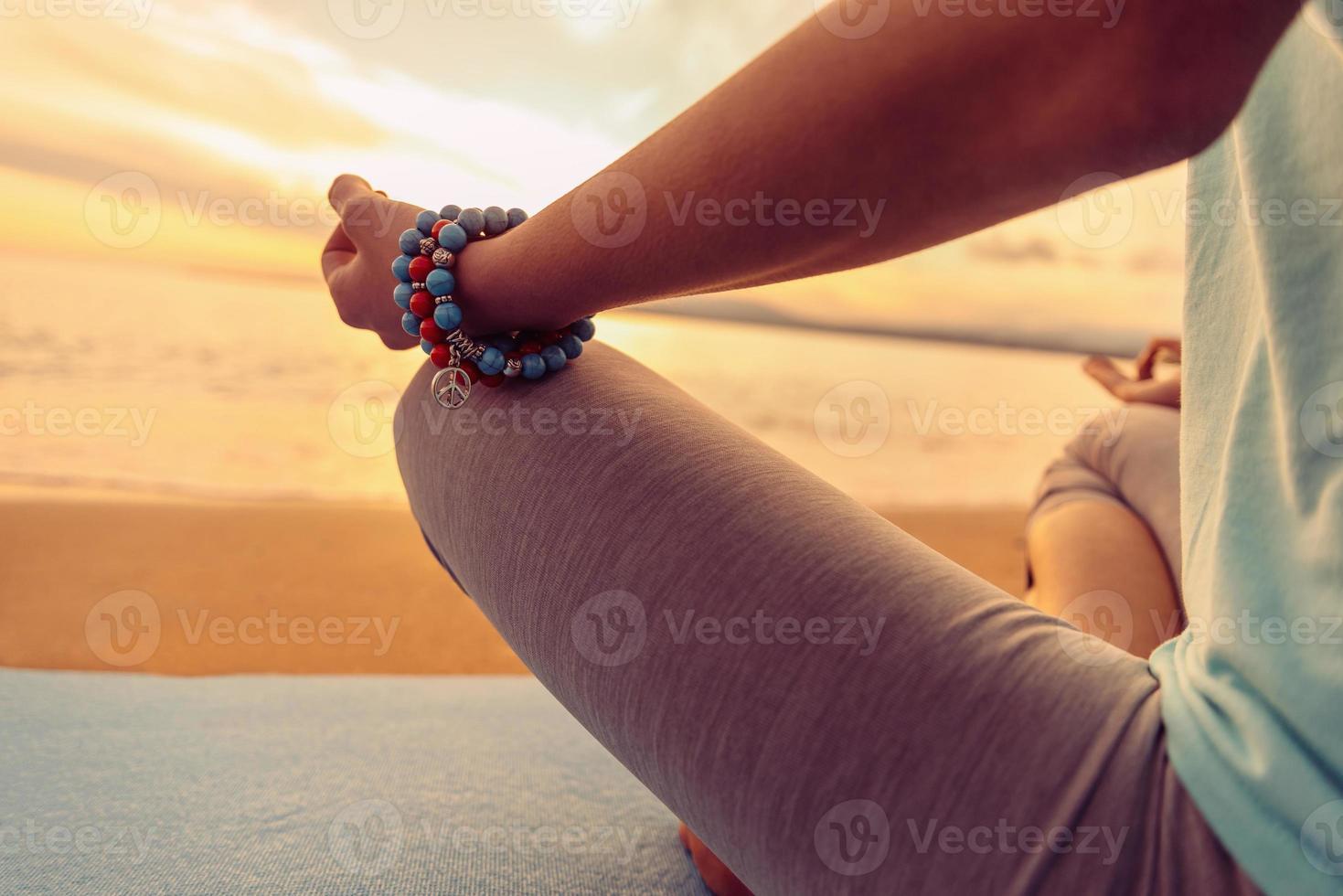 donna che medita nella posa di loto, primo piano foto