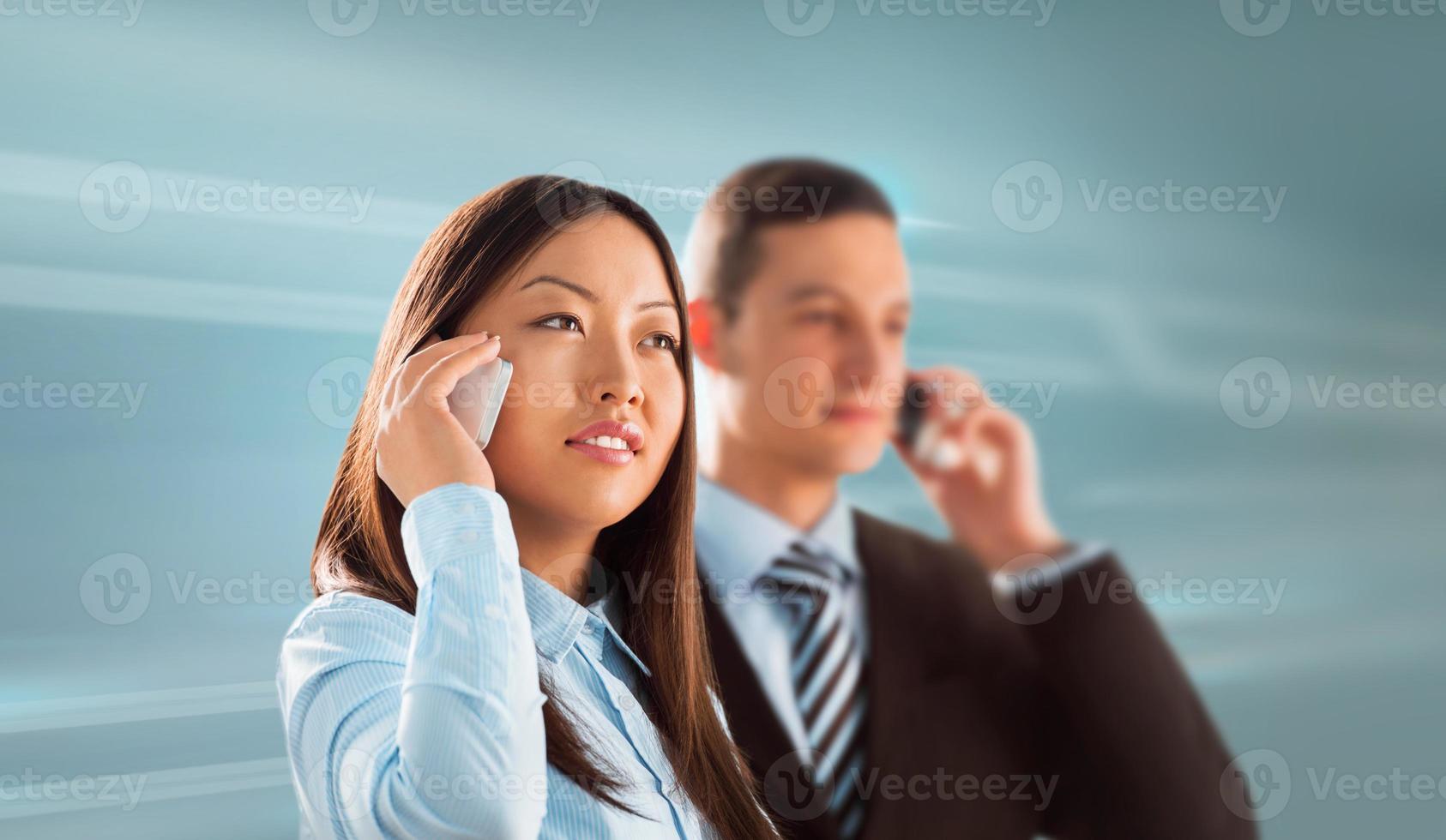 due uomini d'affari uomo e donna in piedi insieme e parlare foto
